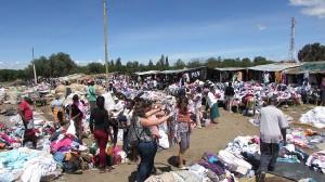 Mercado popular de venta de ropa en Africa