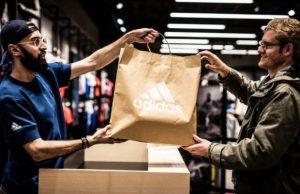 Adidas anunció que imporndrá las bolsas de papel en sus tiendas de todo el mundo