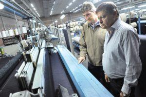 El gobernador Domingo Peppo (derecha), juanto a Marcelo Sánchez Castellán recorriendo la planta de Santa Textiles