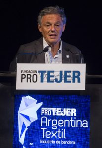 Tras permitir una invasión de importaciones, el ministro de la Producción, Ing. Francisco Cabrera, prometió a los industriales argentinos cuidar al sector textil y de indumentaria